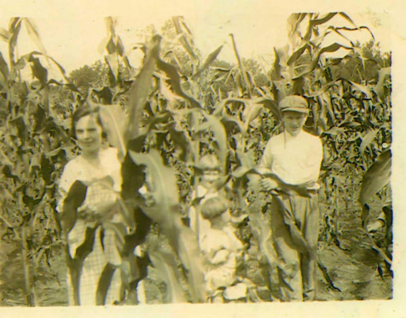 4-family-members-in-corn-field-1919-img019