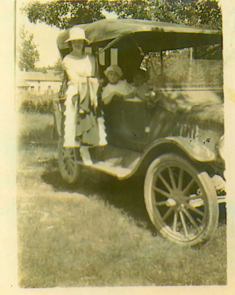 lady-and-two-children-in-old-automobile-img021