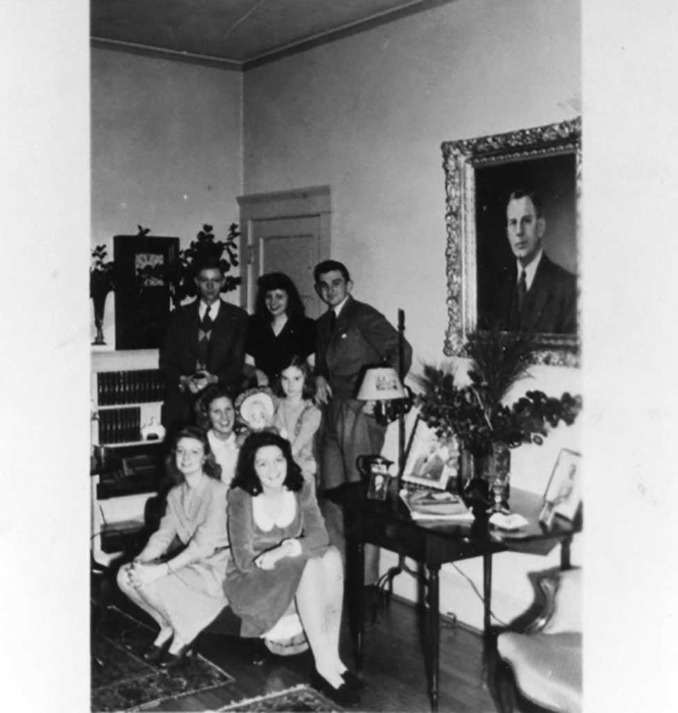 picture-of-b-w-godwin-family-in-living-room-1943-img335