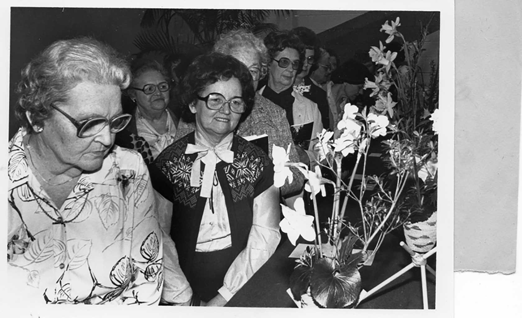 img094-reid's-ferry-ladies-attending-nansemond-suffolk-daffodil-show