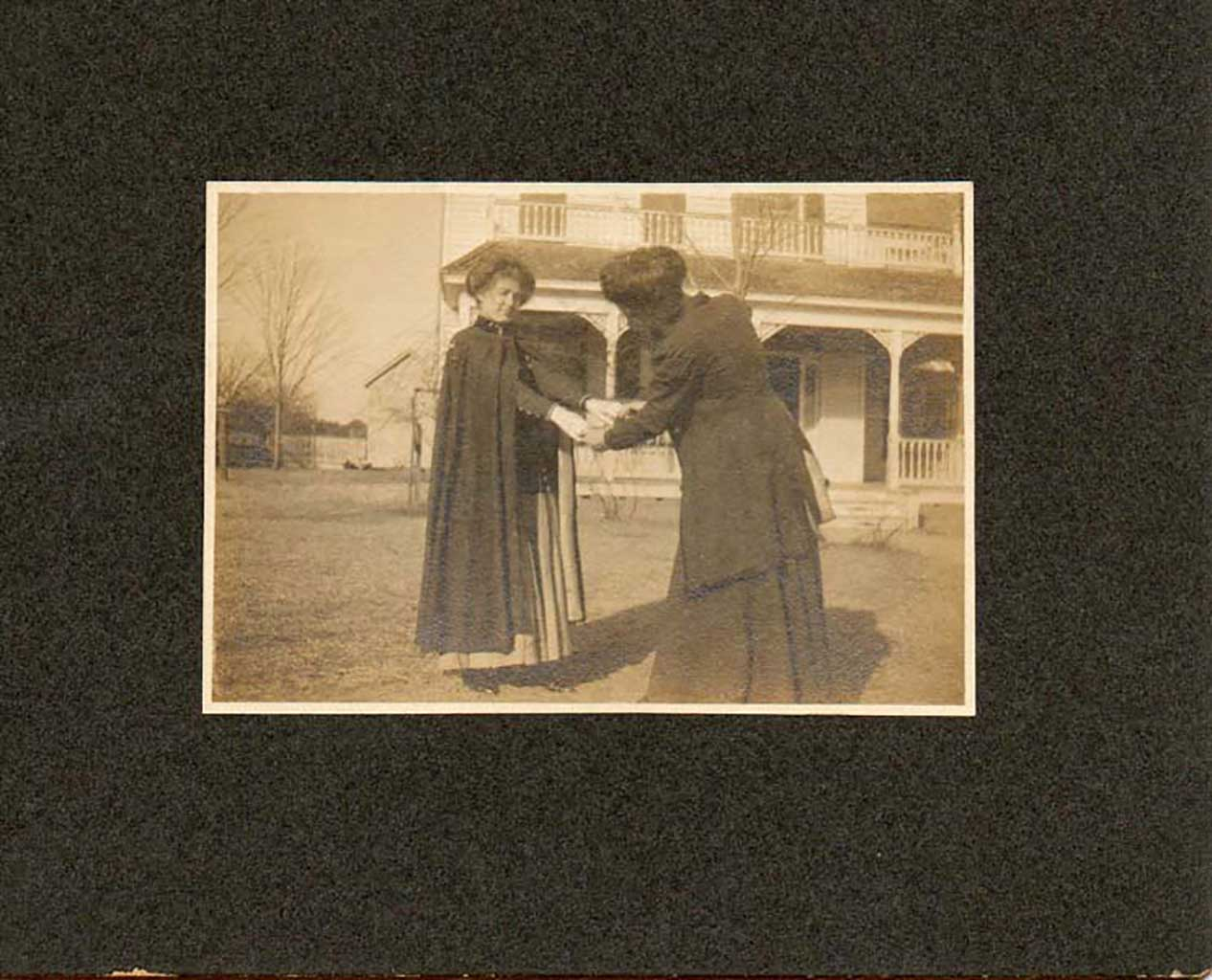 madge-goodson-and-unknow-1908-in-front-of-gilliam-home-img046