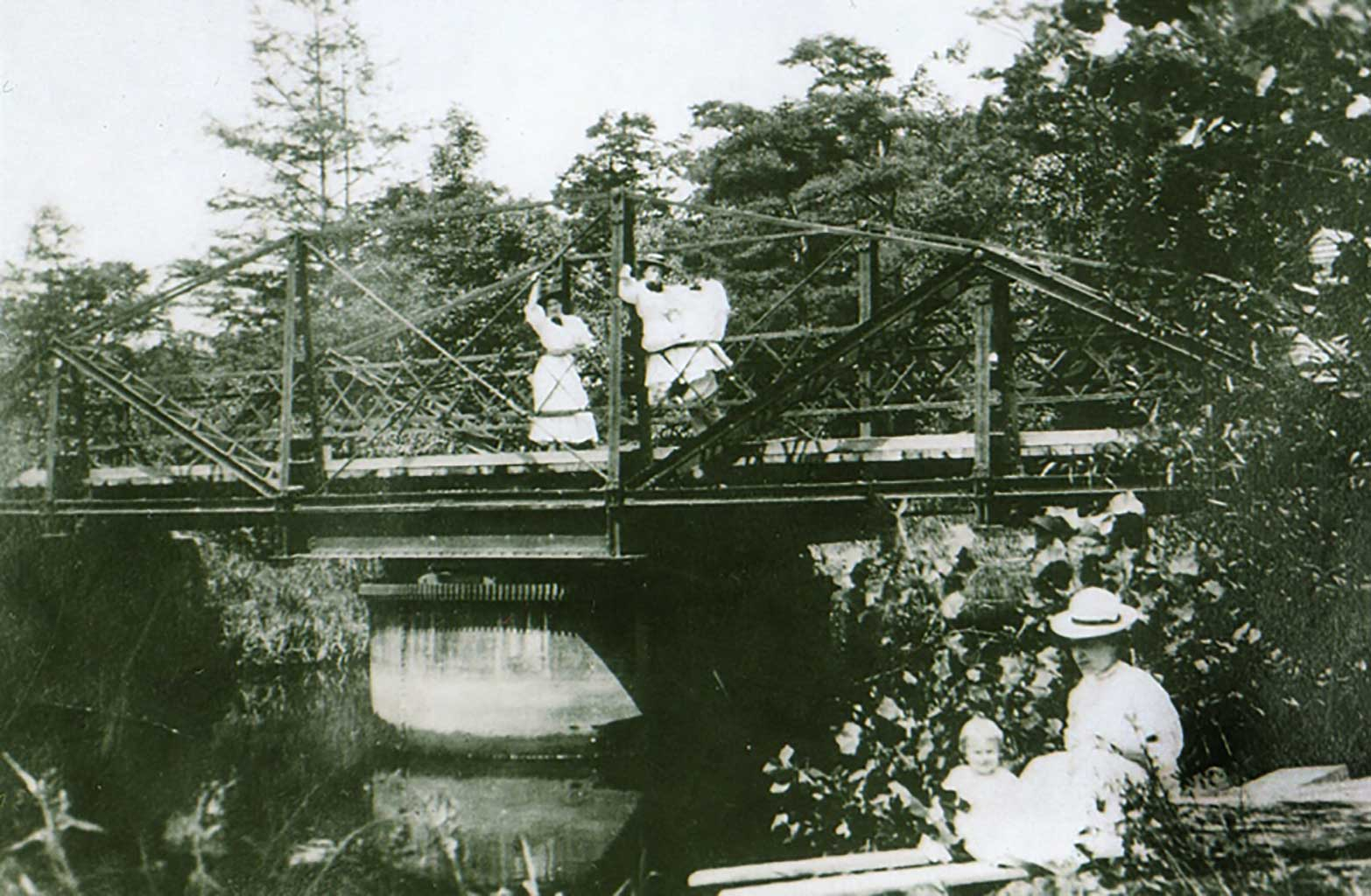 bridge-at-everets-w-g-saunders-jr-held-by-mother-alice-c-1907-saunders-family-collection