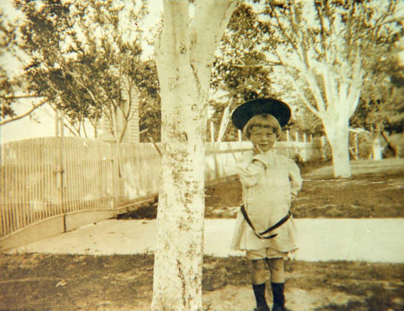 tj-saunders-iii-c-1912-school-house-in-background-img259